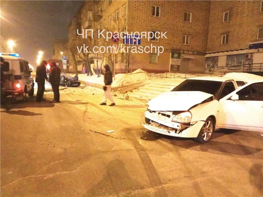 «Приора» опрокинула ВАЗ-2114 накрышу после столкновения вцентре
