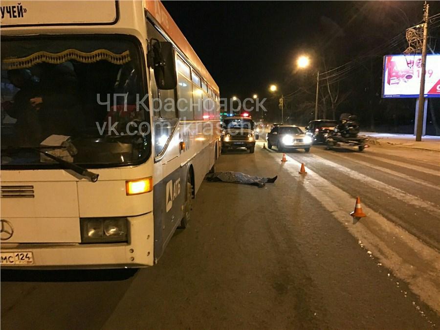 Выбежавшего надорогу после ДТП водителя насмерть сбил автобус вКрасноярске