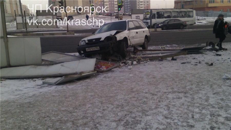 Хонда после столкновения сNissan снесла забор изнак: шофёр «Ниссана» исчез