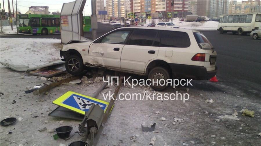 ВПокровском иностранная машина снесла светофор иограждение