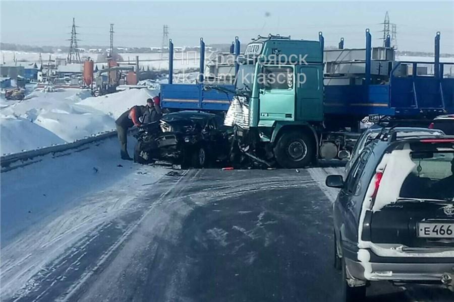 Под Красноярском вДТП с фургоном умер шофёр иномарки