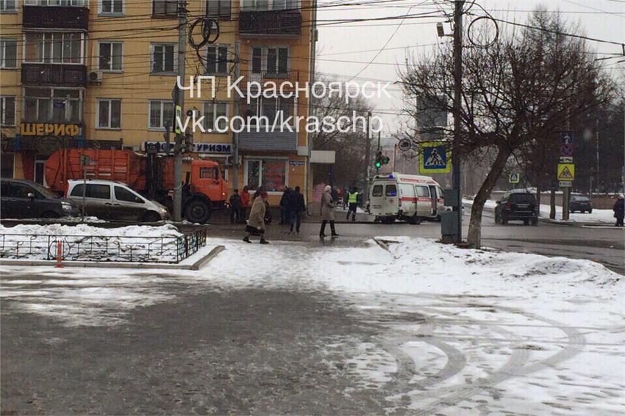 КАМАЗ-мусоровоз сбил женщину вцентре Красноярска