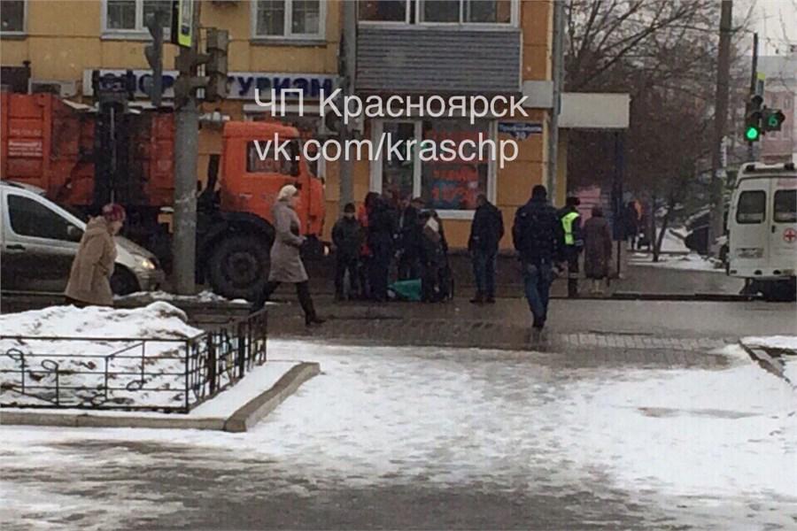Вцентре Красноярска мусоровоз сбил женщину-пешехода