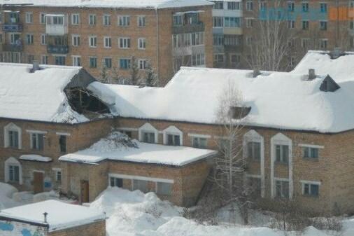Крыши детсада и жилого дома рухнули под тяжестью снега