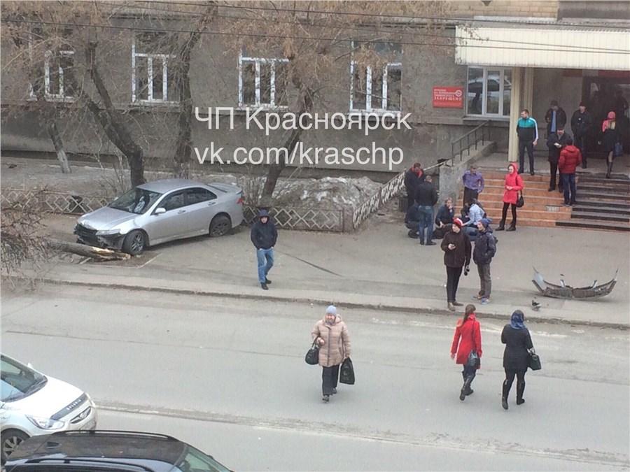 Увхода в институт вцентре Красноярска сбили студента
