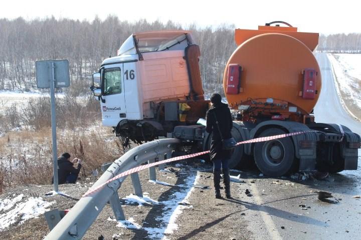 Двое погибли встолкновении Ниссан сбензовозом под Красноярском