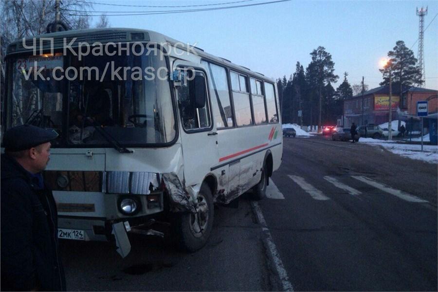Автобус разворотил ВАЗ сводителем без прав на«встречке»