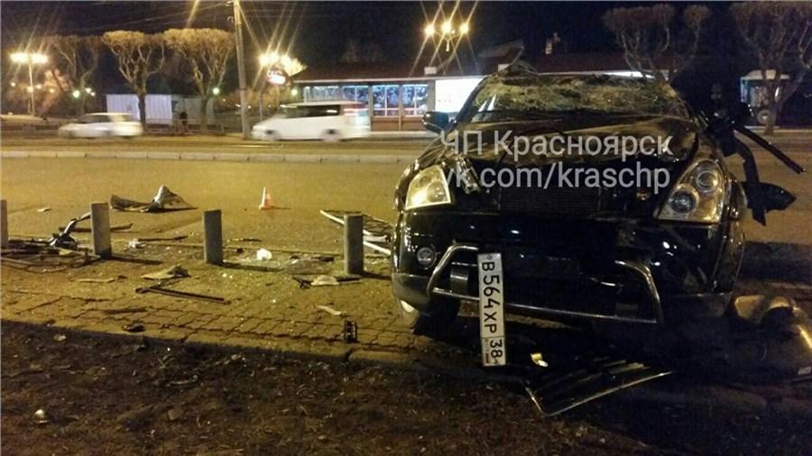 Вседорожный автомобиль пару раз перевернулся насъезде скольца Предмостной иснес ограждения