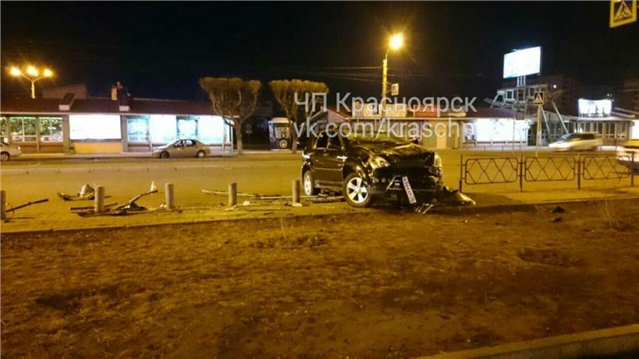Джип с нетрезвым водителем перевернулся иснес ограждения наКрасрабе