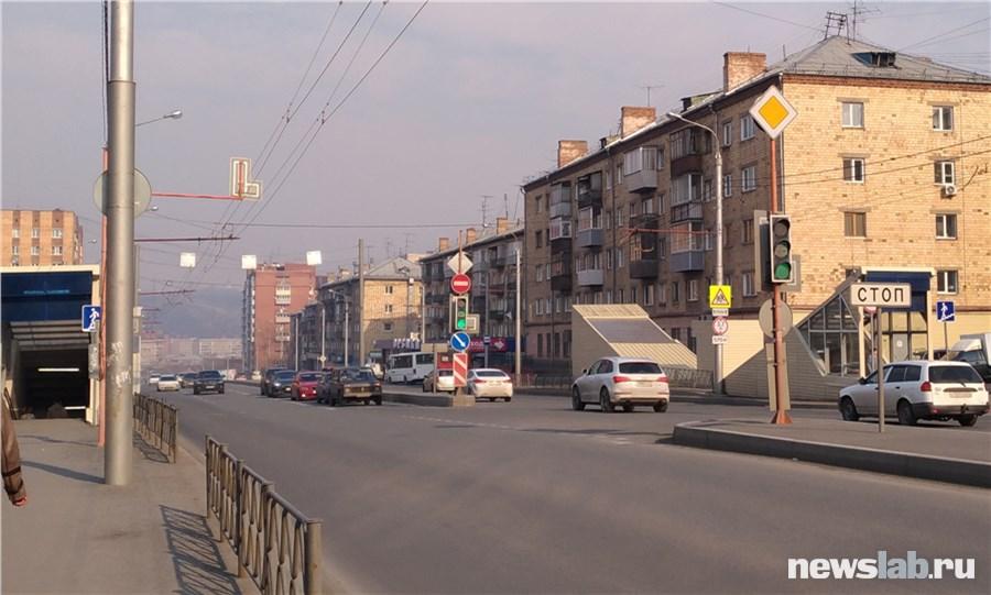 Красноярск окутало дымом из-за горящей травы