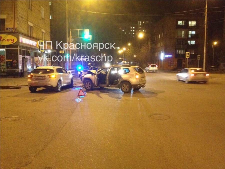 Рано утром вцентре Красноярска столкнулись два автомобиля