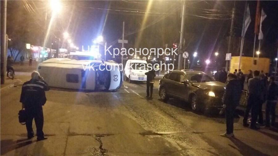 ВКрасноярске перевернулась скорая помощь