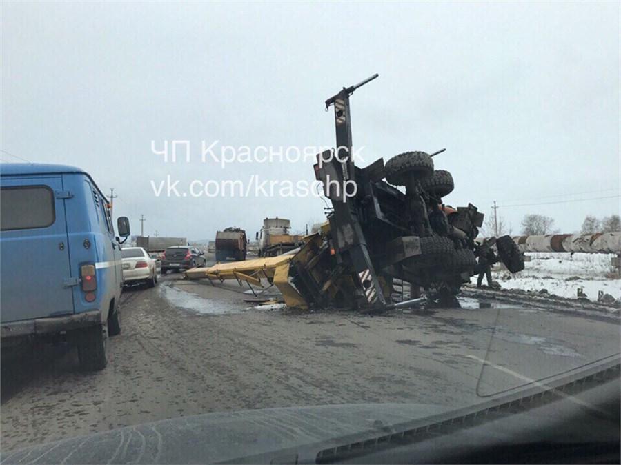 ВКрасноярске нашоссе опрокинулся автокран