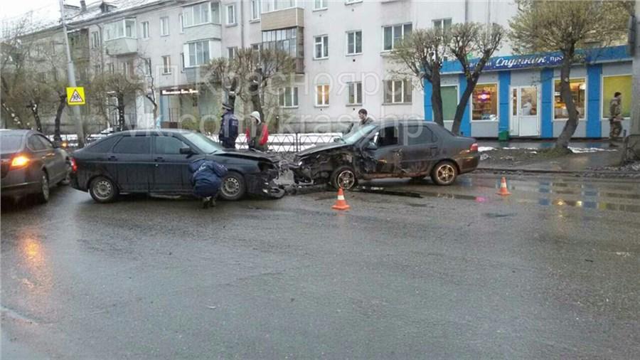 ВКрасноярске всерьезном ДТП наулице Аэровокзальная пострадали два человека