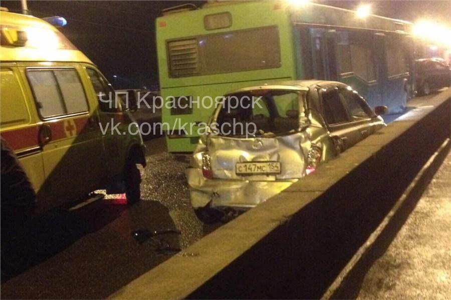 ДТП наКоммунальном мосту вКрасноярске: два автобуса зажали иномарку