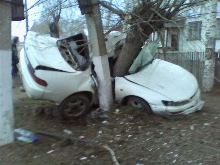ВЛесосибирске автомобиль врезался вдерево, есть жертвы