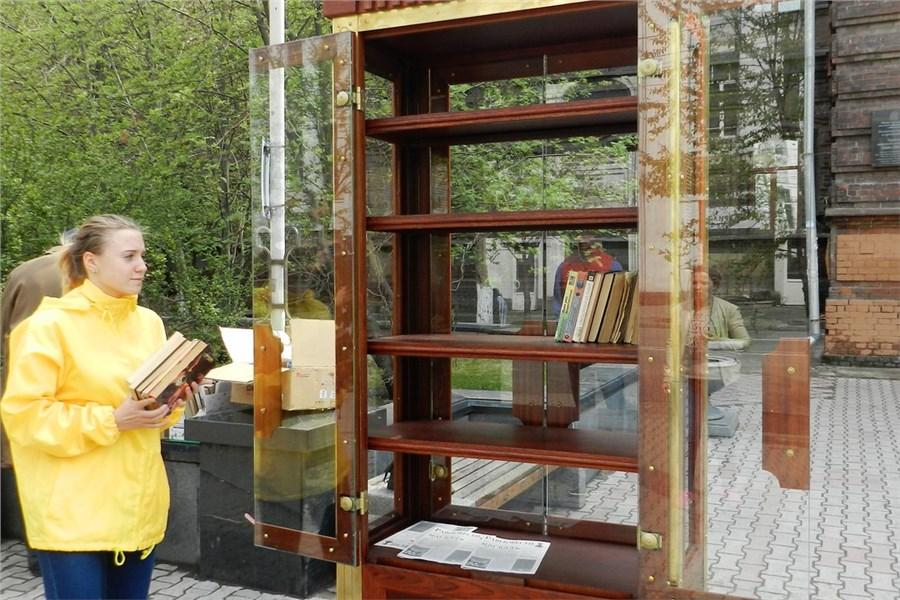 «Теперь засохранностью будут следить»: вцентр Красноярска вернули книжный шкаф