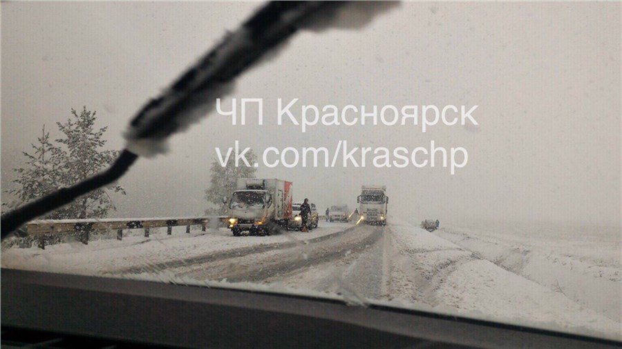 ВКрасноярском крае выпавший снег привел кмассовым ДТП