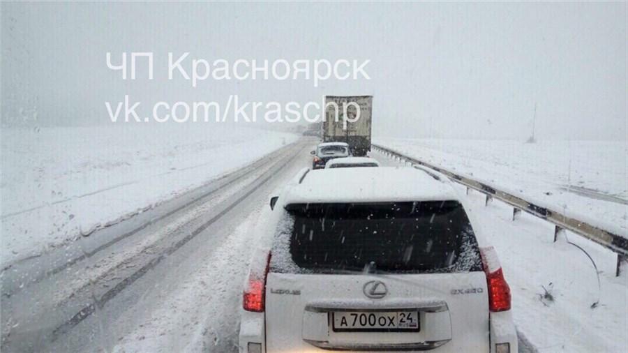 ВКрасноярском крае из-за сильного снегопада дороги стоят впробках из-за дорожного происшествия