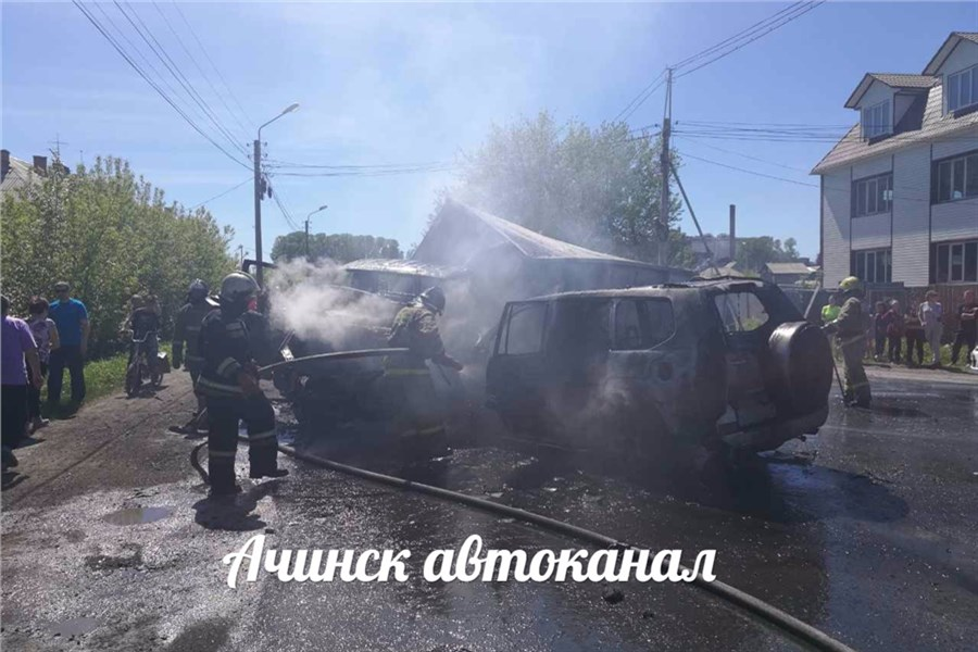 Грузовой автомобиль смолоком взорвался вАчинске после столкновения сджипом