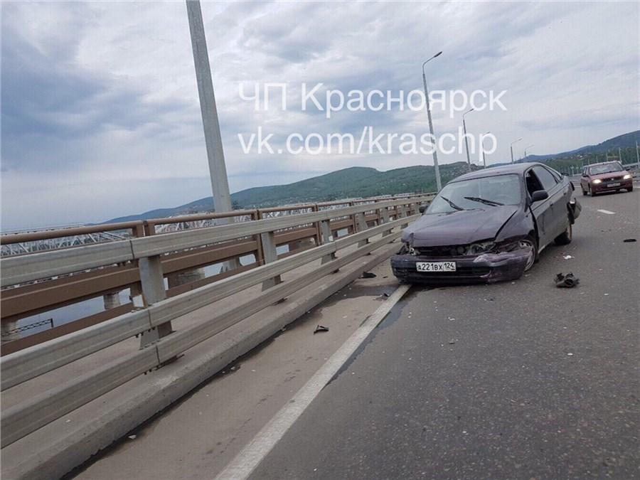 ВКрасноярске нетрезвый шофёр жёстко врезался вограждение четвертого моста