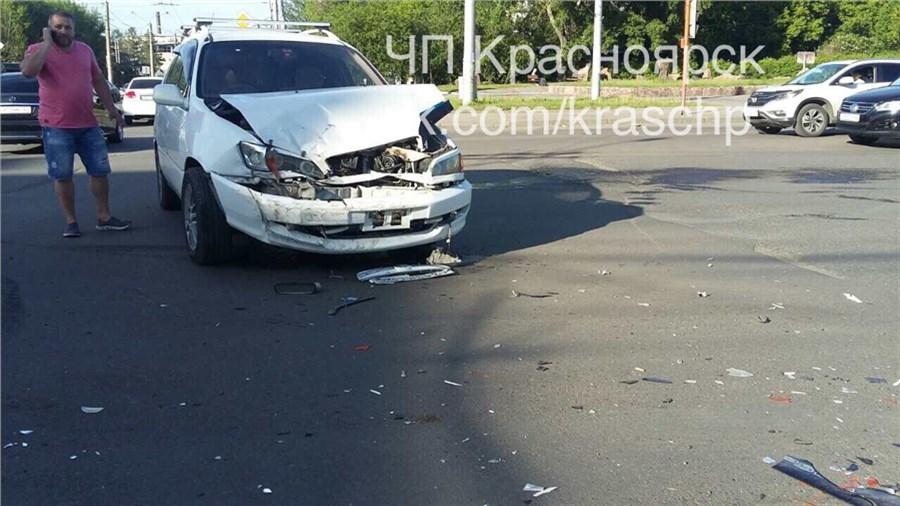 ВОктябрьском районе красноярцы словили сбегавшего сместа ДТП водителя