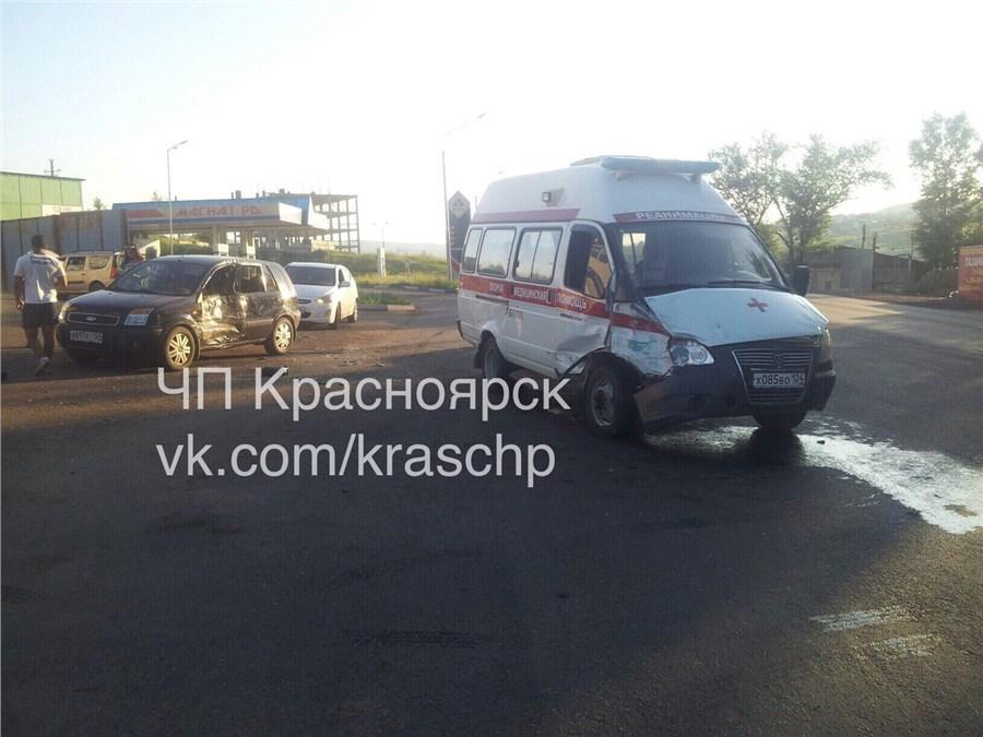 ВКрасноярске машина скорой помощи, находившаяся якобы наремонте, протаранила две иномарки