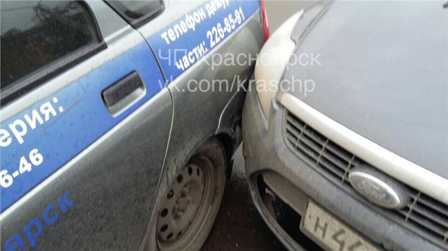ВКрасноярске шофёр наиномарке врезался вавтомобиль милиции
