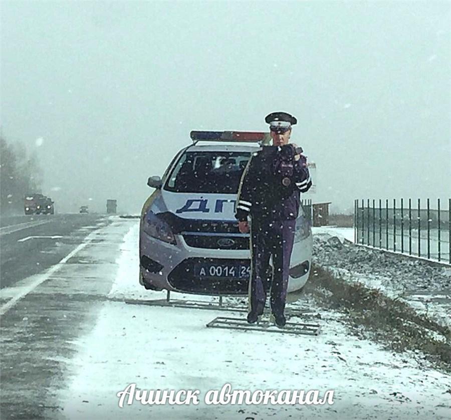 Натрассе Ачинск— Красноярск появился картонный инспектор ГИБДД