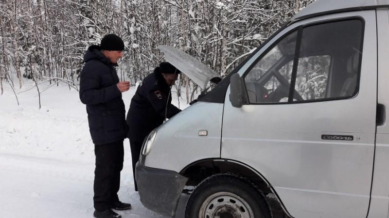 Работники ДПС спасли замерзшего водителя напустой трассе вСеверо-Енисейском районе