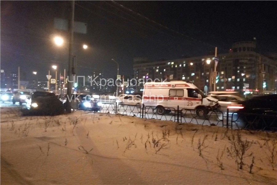ВКрасноярске шофёр протаранил Скорую наперекрестке