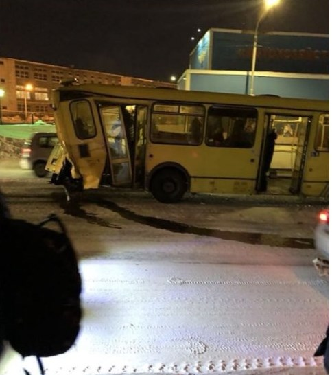 ВНорильске автобус врезался вКамАЗ, 6 человек пострадали