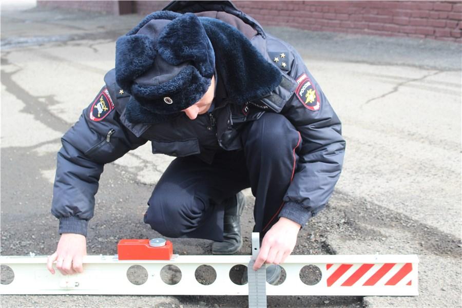 ВКрасноярске на трассах работники ГИБДД обнаружили 450 рискованных ям