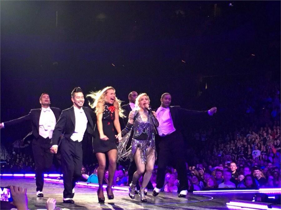 Оксана Набокова на сцене с Мадонной